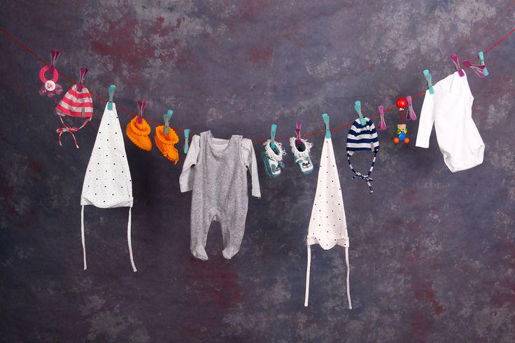 Kleidung, Kinderwagen und Pflege - was bei der Erstausstattung nicht fehlen darf. Mit praktischer Checkiste zum Ausdrucken, © iStock