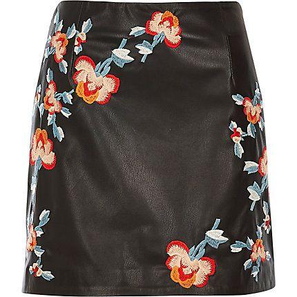 Black leather-look embroidered mini skirt 45,00 €
