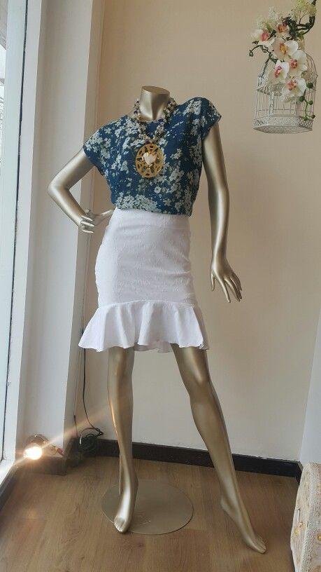 Falda corta con bolero. Blusa en chifón de algodón.