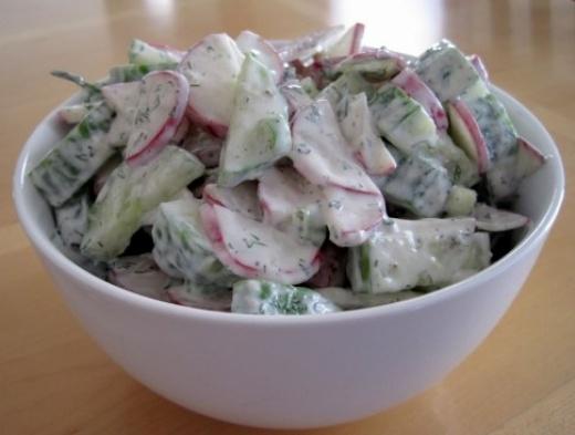 Salade van komkommer, radijs, dille, creme fraiche - ook lekker met knoflook en een beetje kwark om het light te maken! Meteen een paar groentes uit het moestuintje erin!