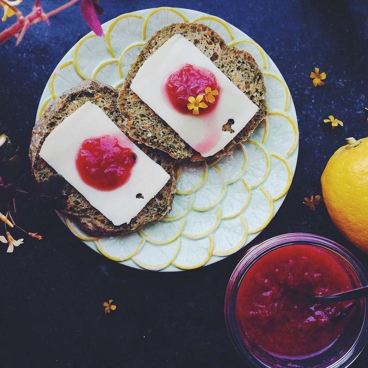 Endelig er det rabarbersæson hvilket uundgåeligt betyder at det snart er sommer! I dag er der rabarbermarmelade med et strejf af citron vanilje og kardemommepå bloggen. Marmeladen er god på skyr pandekager brød kiks ostebordet i lagkagen ja der er faktisk ingen grænser! Find opskriften på bloggen  www.kitchenbyeve.com  // Rhubarb lemon and vanilla jam - perfect for bread cheese pancakes yoghurt cakes and many other things…
