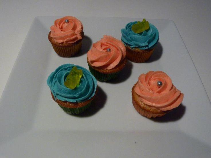 Minicupcakes de cumpleaños de vainilla con buttercream de vainilla azul y rosa.