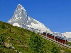 マッターホルンはアルプス山脈に属するスイスとイタリアの国境にある山です。マッターホルンの本格的な登山には知識や経験が必要ですが、ハイキングなら誰でも気軽に行うことが可能です。是非マッターホルンの絶景を感じに出かけてみましょう。 1.持ち物を確認しよう 出典:http://hite.ap.teacup.com 本格的な登山ではなく、ハイキング程度なら特別な装備は必要ありません。それでもパンツスタイルでスニーカーは必須。また、夏場でも山の上は肌寒いので長袖のパーカーなど羽織るものを用意してときましょう。バッグは両手を話すことができるリュックがオススメ。展望台にも水を売っているところはありますが割高なので、ふもとの街で購入し持参しましょう。 2.登山電車で展望台まで向かおう 出典:http://blogs.yahoo.co.jp ふもとの街ツェルマットからは登山電車で、ゴルナーグラードまで向かいましょう。展望台までは約45分かかりますが、大きな窓の向こうに見える景色を見ているとあっという間です。 3.ゴルナーグラート展望台でランチをしよう 出典:http://photozou.jp…