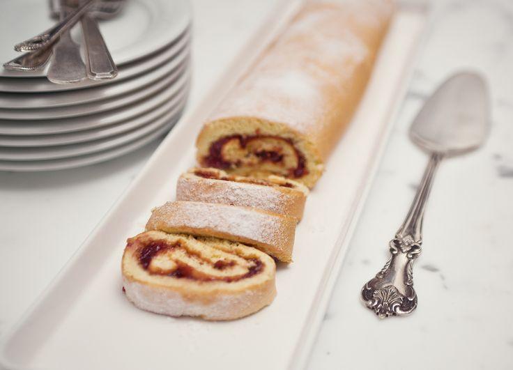 Rocambole com geleia de framboesa | Receita Panelinha: Apesar de parecer complicado, o pão de ló é uma massa super fácil de fazer. E recheado com geleia de framboesa, vira bolo de gente grande.