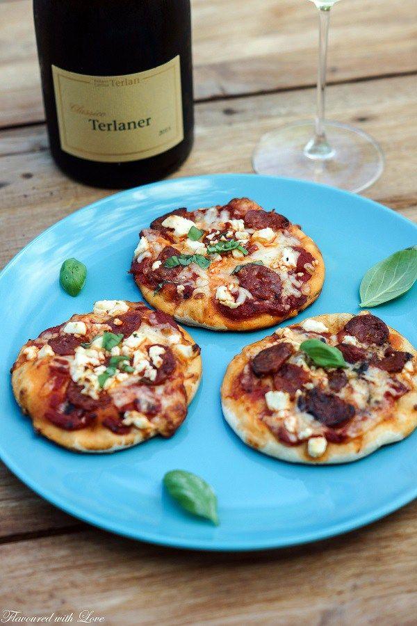 Pizzarezepte werden nie langweilig, da man die köstlichen Teigfladen immer wieder neu und aufregend belegen kann. Auch die Form des italienischen Lieblings lässt sich variieren. Ob Pizzablum…