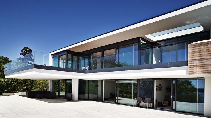 Fingeraftrykslås, egen biograf, en svævende terrasse, sensorstyret lys og vandhaner og computerstyrede persienner - intet er overladt til tilfældighederne i dette spektakulære hus.