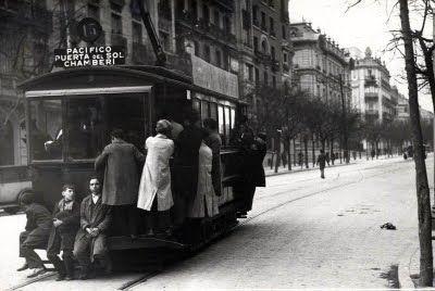 Un tranvía saliendo de la plaza de Alonso Martínez y comenzando el ascenso de la calle de Santa Engracia.