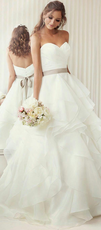 Vestido de novia con una llamativa falda de ondas