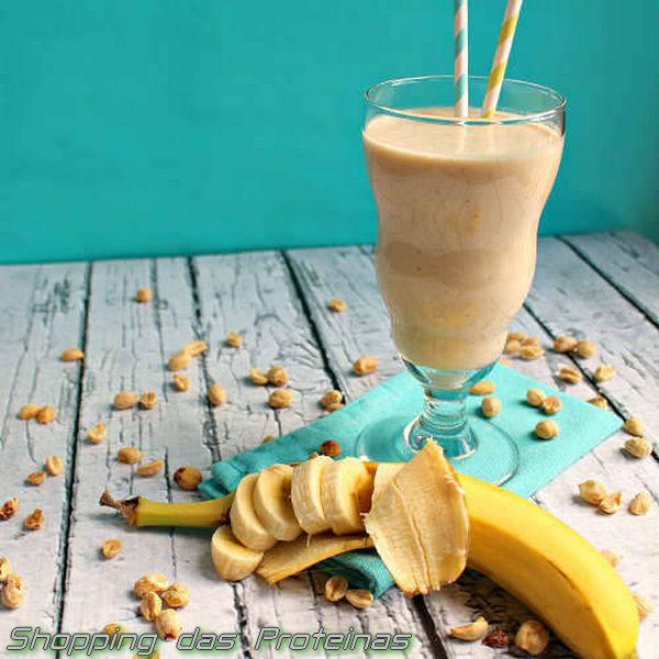 Delicioso Smoothie de Banana com pasta de amendoim  Ingredientes:  - 1 scoop de whey protein chocolate - 200ml de leite de amêndoa - 2 colheres de sopa de pasta de amendoim - 1 colher de sopa de cacau em pó - 3 bananas pícadas e congeladas  Modo de fazer:  Misture todos os ingredientes no liquidificador