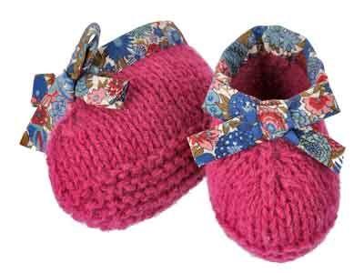 Voilà des petits chaussons pleins de poésie. Présentés dans le numéro de septembre 2012 d'Enfant Magazine, ils sont tricotés en jersey endroit et point mousse pour la semelle avec un petit nœud en tissu.
