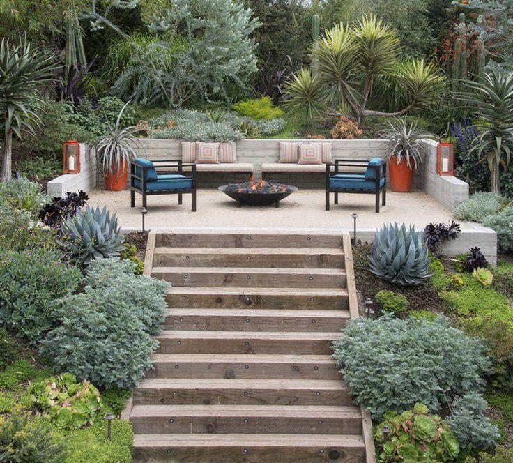banquettes design en bois massif, marches avec éclairage LED intégré et végétation opulente