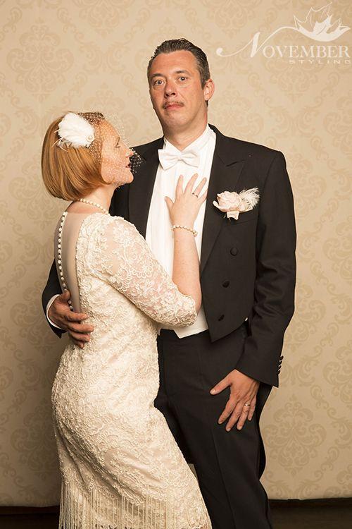 Een exclusief ontwerp in de stijl jaren 20-30, een korte Charleston trouwjurk bezet met kant. Het bovenstuk is afgewerkt met een v-hals uitsnijding en mouwtjes in kant, de achterkant heeft een open rug afgewerkt met een knopensluiting en tule. De rok in kokermodel komt op knielengte en is voorzien van franjes van parels.
