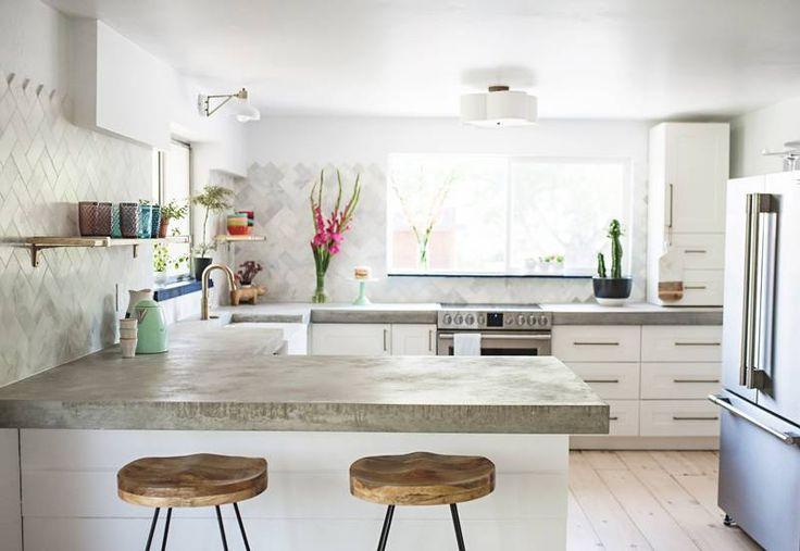 A blogueira Victoria Hudgins mergulhou fundo na tarefa de renovar esta cozinha, que foi demolida em busca de mais luz, amplitude, conforto e estilo