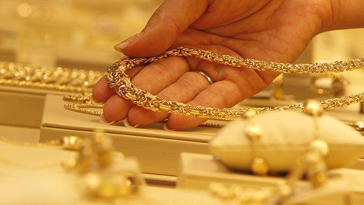 Un experto economista explica por qué es aconsejable invertir en oro en vez de en fondos de inversión, garantías y acciones volátiles.