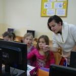 Ostatnio na naszych zajęciach komputerowych zamiast naszej pani lekcję prowadziły nasze koleżanki z kl. V – Zosia i Ala. Dziewczyny nauczyły nas korzystać z gotowych wzorów narzędzia Pędzel znajdujących się w Przyborniku. Bardzo podobały nam się te zajęcia i nie możemy się doczekać, kiedy to my będziemy mogli wcielić się w rolę nauczyciela.