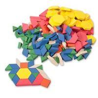 Les attrimaths (ou pattern blocks) sont des pièces en bois de formes et couleurs différentes. C'est du matériel que j'aime beaucoup car on peut y faire différentes activités : pavages,...