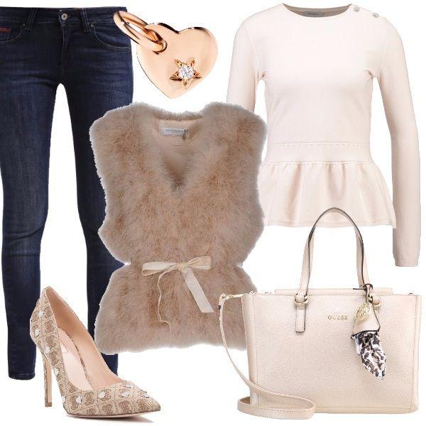 Outfit+delicato+perfetto+anche+per+San+valentino,+composto+da+jeans+skinny,+maglione+sand,+smanicato+in+piuma+beige,+décolleté+beige/brown+con+piccole+borchie+a+forma+di+cuore+e+borsa+a+mano+champagne+Guess.+Completa+il+look+un+ciondolo+a+forma+di+cuore+in+oro+rosa+e+diamante+bianco,+con+cordino+incluso.+Bellissimo+regalo+da+parte+della+nostra+dolce+metà.