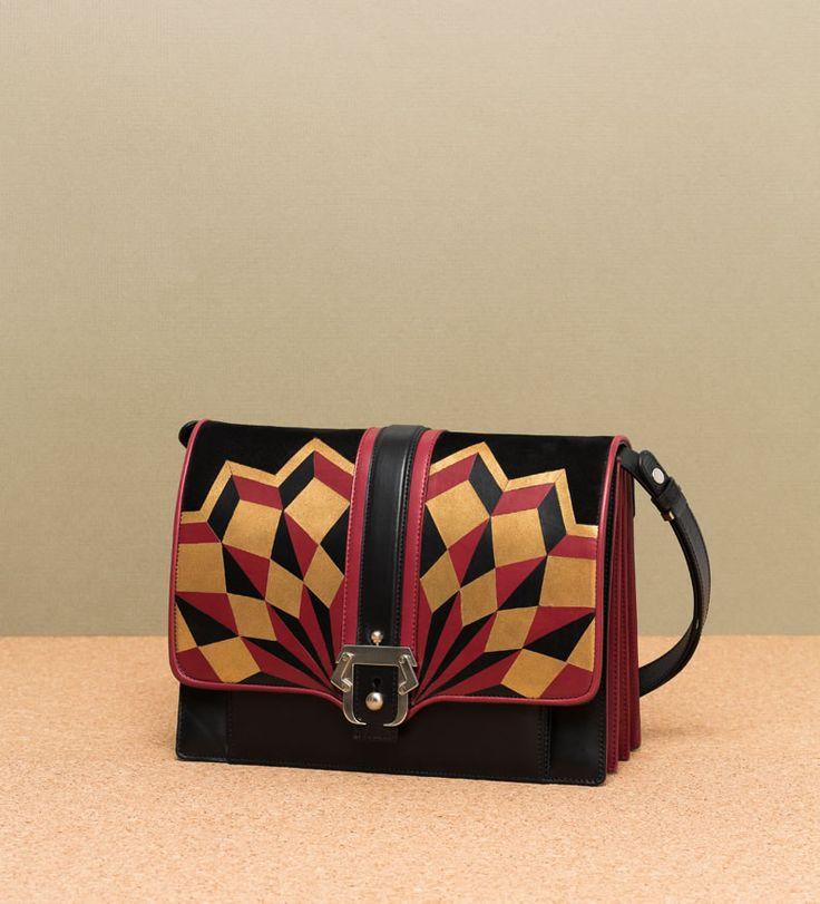Le borse di Paula Cadematori mi piacciono, ormai è un dato di fatto. Collezione dopo collezione la giovane designer di origini brasiliane non smette di impressionare la mia retina con il tripudio di colori. Perché sì, va bene le forme piccole e perlopiù ben squadrate, va benissimo il gioco di accostamento di materiali di diverse…