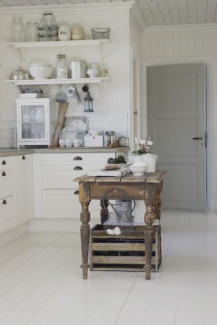 Witte landelijke keuken met rustige sfeer.