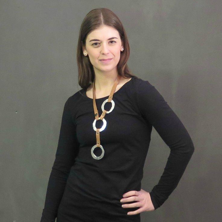 Collier versatile en cuir et en étain de Marie-Hélène Haché. Bijou fabriqué à la main avec du cuir de haute qualité et de l'étain coulé et poli. Les pièces d'étain sont d'une brillance incomparable!Ce collier se porte de plusieurs façons pour s'adapter à votre style.