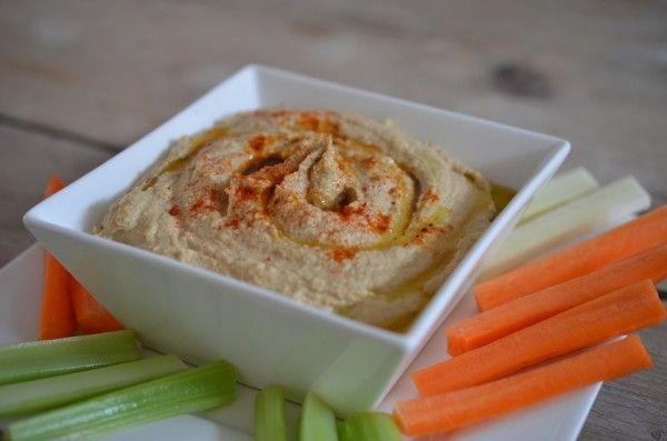 hummus - Rens Kroes 300 gram voorgekookte en geweekte kikkererwten uit pot 180 gram tahin (sesamzaadpasta) 2 fijn gesneden knoflooktenen mespuntje cayennepep...