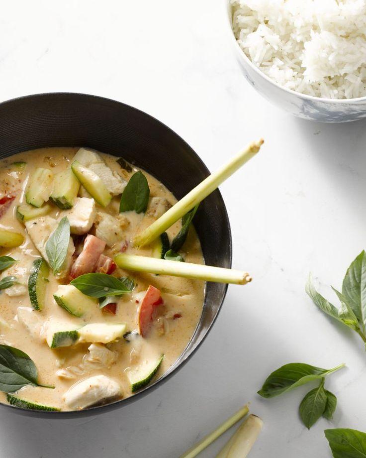 Rode curry met kip en holy basil is een klassiek Thais gerecht. Een beetje pikant, lekker romig met de kokosmelk en aromatisch met de heilige basilicum.