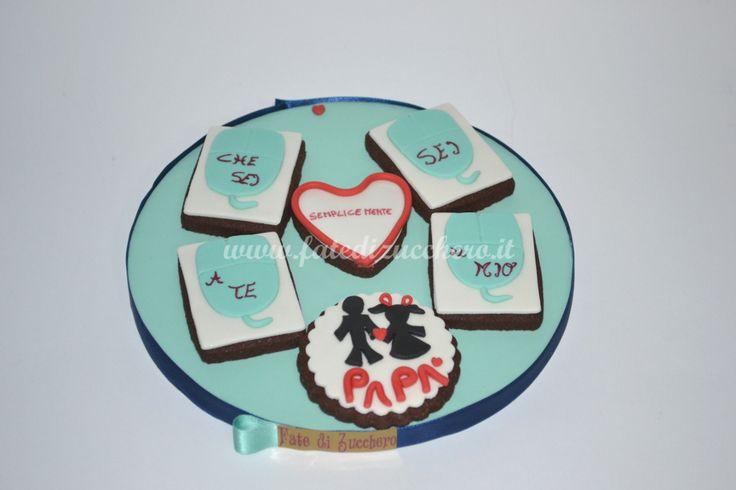 Composizione di biscotti decorati per la Festa del Papà: con piccoli mouse color tiffany, sagome papà-bimba e dedica personalizzata, interamente modellati e dipinti a mano
