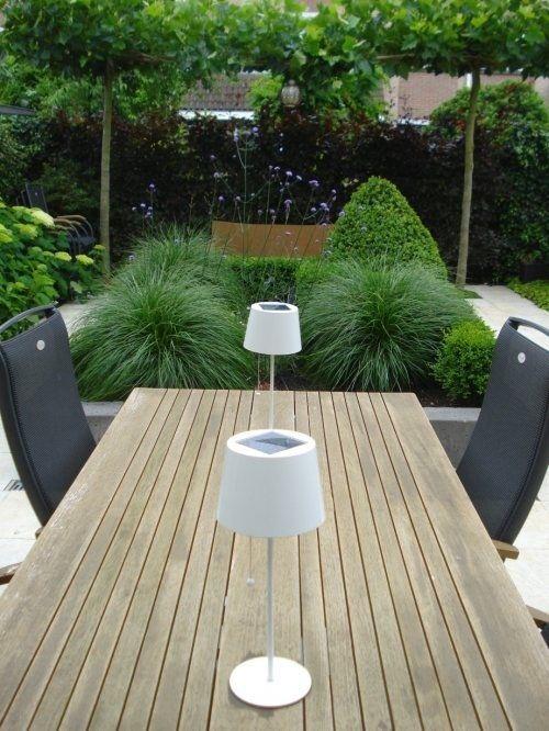 Strakke tuin - houten tafel - antraciet stoelen