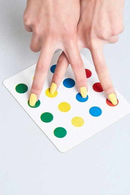 Ya sabes como se juegan, pero estos tienen un giro sexual que es perfecto para los adultos aburridos. Plastic Cutting Board, Playing Cards, Games, Creativity, Home, Couples, Colors, Playing Card Games, Gaming