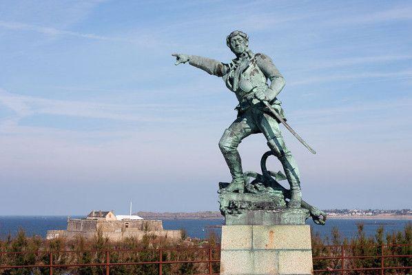 800px-Saint-Malo_-_Surcouf_et_le_Fort_National-copie-1.jpg