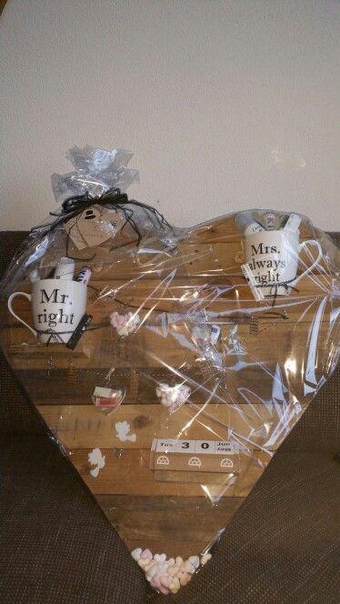 Huwelijkscadeau - Cadeau - DIY - Geld - Bruiloft- In 2 van de 4 hartjes zit het geld - In de andere 2 hartjes zitten hartjes snoepjes - In de bekers hartjes snoepjes, verzorgingsproducten mini's voor hem en haar, paracetamol, pepermunt -