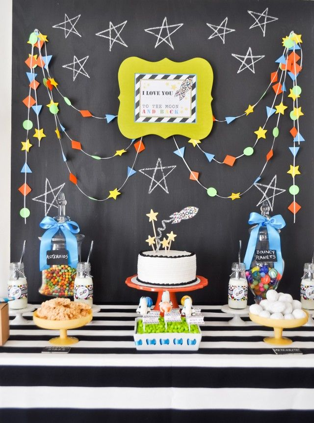 Rocket ship party with Anders Ruff printables~. DIY birthday party decoration, backdrop & tablescape ideas. | Stars