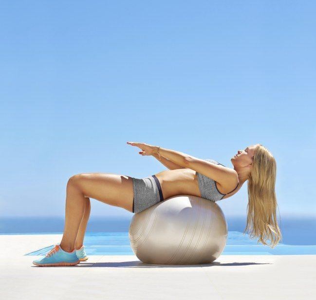 Exercice de swissball : On descend sur le ballon depuis la position assise, et on remonte doucement