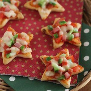 クリスマスのおせんべいピザ by のんのんさん | レシピブログ - 料理ブログのレシピ満載! 星形のおせんべいにクリスマスカラーの具を乗せて、トースターで焼くだけ!簡単&おいしいおもてなしメニューです。    ※具材の分量は、使うおせんべいの大きさにより多少変わります。