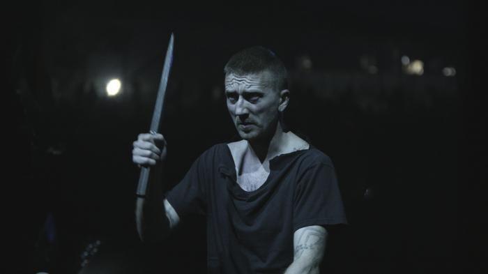 In de korte documentaire volgen we de Amenra-frontman naar voor hem en de band belangrijke plekken en personen; zijn moeder, het skatepark en de oefenruimte.