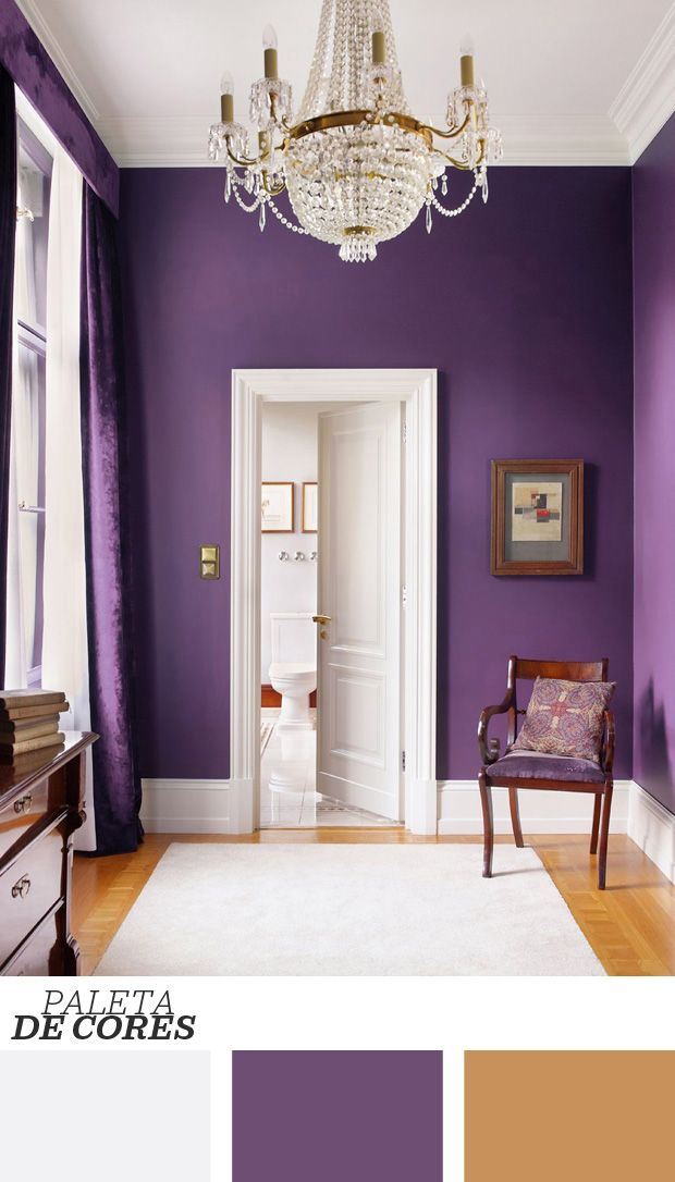 Uma forma original e nada trabalhosa para dar origem a corredores estilosos é apostar na monocromia. Eleger apenas uma tonalidade para cobrir as paredes, como o roxo, resulta em um ambiente dramático que passa longe do lugar comum. Clique na foto para ver mais sobre o ambiente!