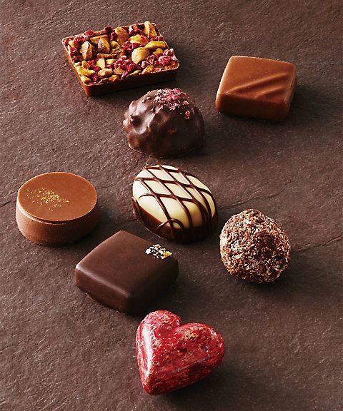 ショコラプロデューサー・ビルジニーが贈るフランスショコラ。熟練ショコラティエによる珠玉のフレンチショコラをご賞味ください。鮮やかなハート型のクールルージュ、ピエモンテ産のヘーゼルナッツを使用したプラリネ・ノワゼッツ・ピエモン、ピリッとしたジンジャーピールの辛みを効かせたジャンジャンブル・ノワなど、味わい深いフレンチショコラ8種の贅沢なひと箱。