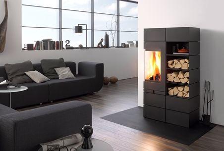 Modułowy piec wolnostojący Elements firmy Skantherm. Odpowiednia izolacja modułów, umożliwia umieszczenie drewna obok komory spalania.