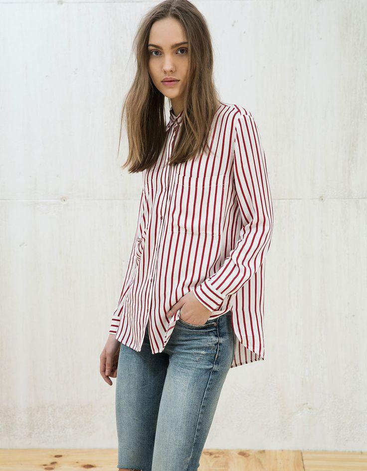 Camisa  manga larga bolsillo. Descubre ésta y muchas otras prendas en Bershka con nuevos productos cada semana