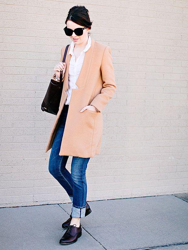 oxford camisa branca calça jeans e casaco camelo