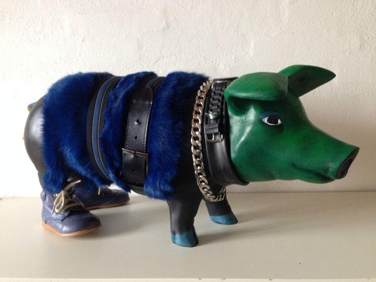 Kathrine van Godt. Pig Art. A happy pig with green head og blue fur coat.