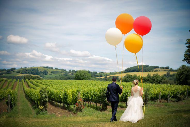 Séance photo mariage originale Ballons géants, vigne