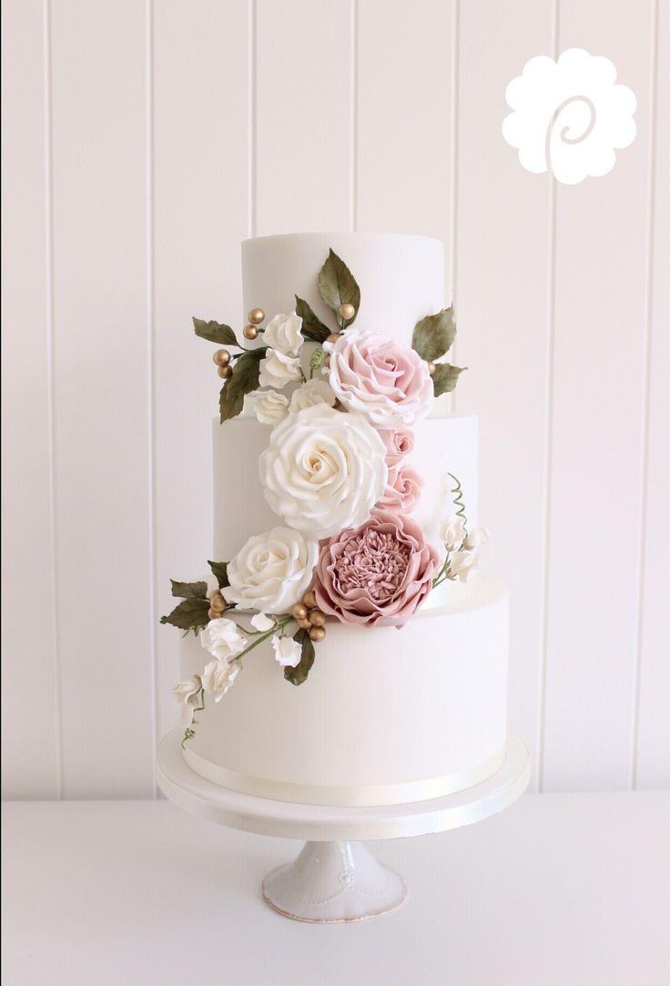 Floral curved trail wedding cake. Wat een plaatje! Bijna te kunstig om op te eten! Met zo'n eyecatching #bruidstaart hoort een evenzo verfijnde champagne. Vraag ons advies! http://www.brouzje.nl