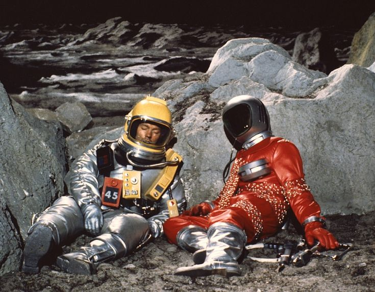 Foster and Alien stranded on lunar surface