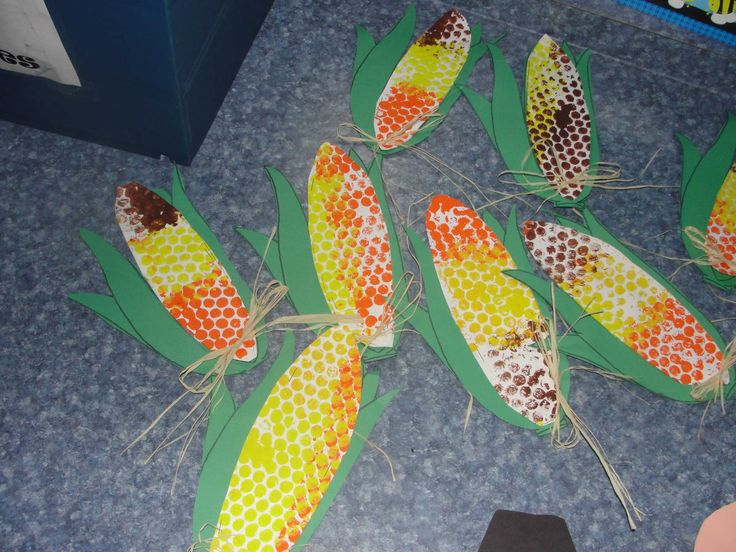 use bubble wrap to paint corn cob for Thanksgiving craft