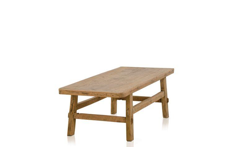 Ett soffbord tillverkat av återvunnet trä i klassisk asiatisk form. Ytan är vackert åldrad och skönt mjuk och slät. Varje bord är unikt.