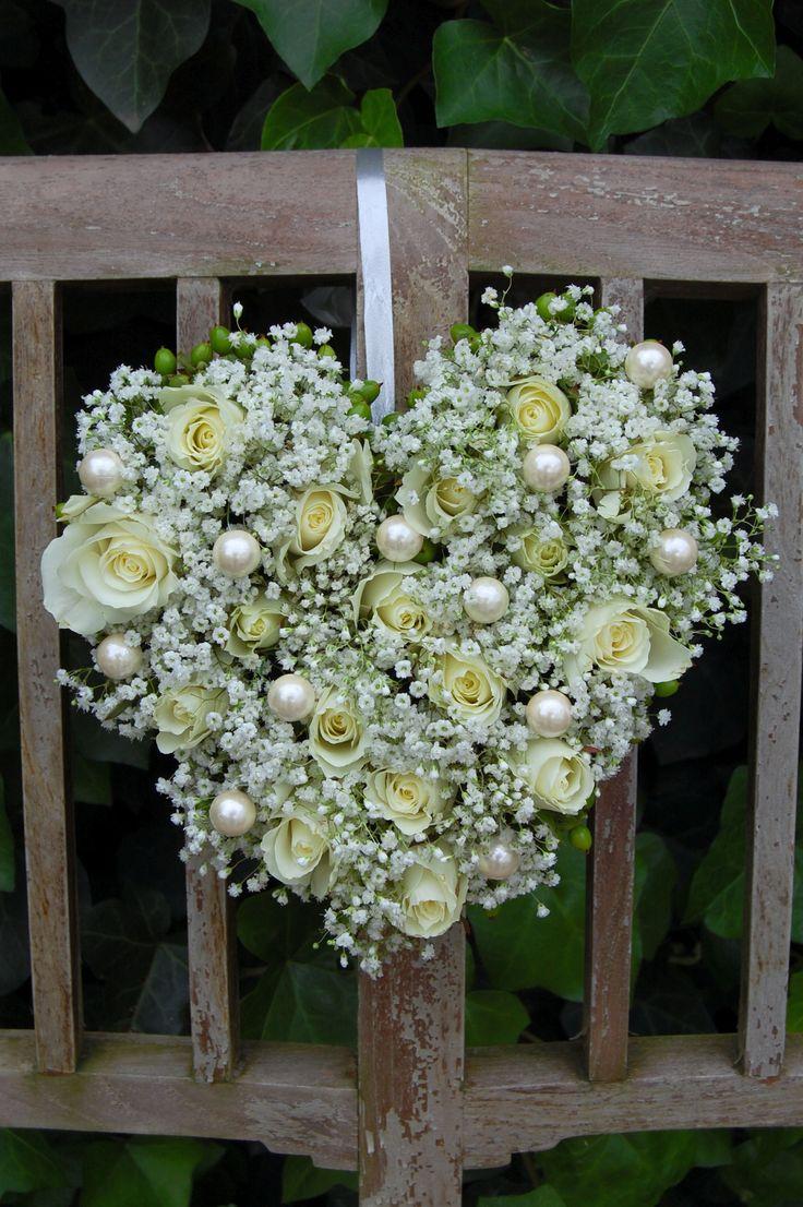 Hart - bruidsdecoratie van witte rozen, wit gipskruid en parels. www.meesterlijkgroen.nl