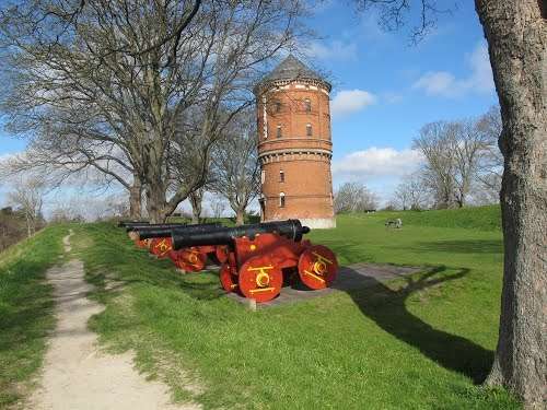 #visitfyn Nyborg fæstnings volde med kanoner og vandtårn. Fortifications of Nyborg Denmark. Cannons and water tower.