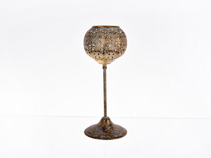 Deko-Kerzenständer aus getrommelt Kupfer mit orientalischen Design, inkl. Glasbehalter  Mit filigranem Lochmuster gearbeitete Kerzenhalter aus Metall für Wand oder Tisch, tauchen ihr Zuhause in ein angenehmes Licht. Außerdem gelingt es ihnen damit mühelos ihre aktuelle Dekoration stilvoll und individuell abzurunden.   Material:  Metal   Abmessungen: 12 x 31 cm (D x H)   Farbe:  getrommelt Kupfer