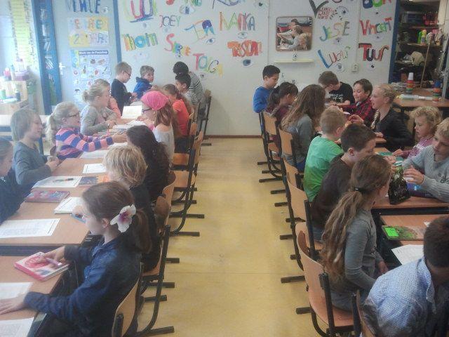 Boekdaten - Bij deze variant op speeddaten interviewen de kinderen elkaar 1 minuut over een leesboek. Na elke 'date' kruisen de kinderen aan of ze het boek zouden willen lezen, daarna schuiven ze een plekje op. Om de kinderen te helpen met het interviewen, is een vragenlijst opgesteld. http://www.het-baken.nl/Groepen/groep%207%20b/PublishingImages/Kinderboekenweek%202013%20Boekdaten%20Groep%206-8%20%281%29.pdf